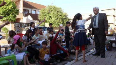Photo of بالفيديو.. معلم عراقي يقدم دروسا مجانية بالشارع