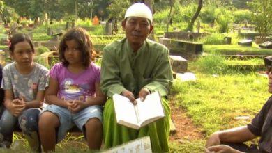 Photo of بالفيديو.. لزيادة دخلهم.. إندونيسيون فقراء يتلون القرآن بالمقابر خلال رمضان