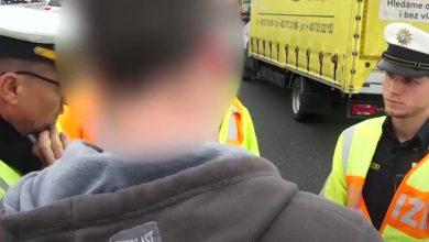 Photo of ضابط شرطة ألماني يوبخ الفضوليين ممن يصورون الضحايا على الطريق