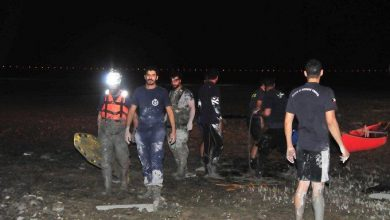 Photo of الإطفاء إنقاذ أشخاص علقوا في وحل طيني بمنطقة الخويسات البحرية