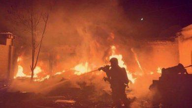Photo of الإطفاء إخماد حريق مهملات انتقل من ساحة ترابية إلى أجزاء منزل ..