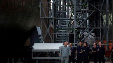 Photo of زعيم كوريا الشمالية يتفقد غواصة جديدة ويشير إلى نظم أسلحة