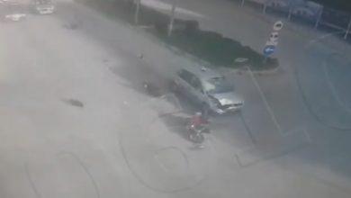Photo of بالفيديو سيارة مسرعة تصطدم بدراجة