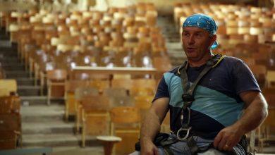 Photo of بالفيديو.. بولندي ينحت الصخر لسرد قصص فنية وروحية في أحد أديرة القاهرة