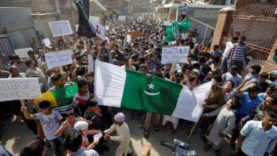 Photo of المحتجون في كشمير يتحدون قيود الهند ويشتبكون مع قوات الأمن