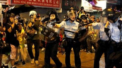 Photo of شرطة هونغ كونغ تطلق الغاز المسيل للدموع على المحتجين