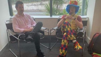 Photo of موظف يستأجر مهرجاً ليشاركه اجتماع طرده من العمل