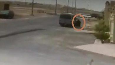 Photo of فیدیو تعرض طالبة للدھس بعد أن علقت   جريدة الأنباء