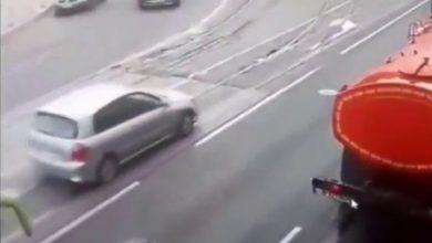 Photo of بالفيديو.. سلوك غريب لسائقة يؤدي إلى حادث سير جماعي