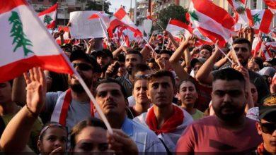 Photo of متظاهرون لبنانيون يقطعون سلسلة من الطرق الرئيسة