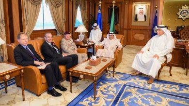 Photo of وزير الداخلية يبحث مع مسؤول عسكري بريطاني التعاون المشترك