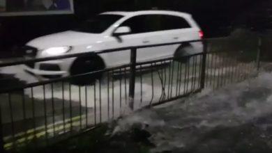 Photo of شاهد ماذا حصل لسيارة حاول سائقها اقتحام مياه فيضان