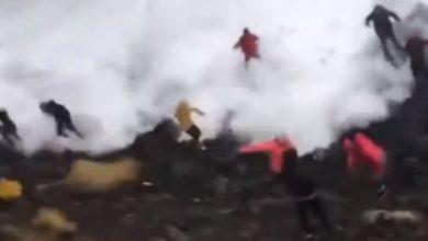 Photo of الأمواج العاتية تجرف السياح لحظة التقاطهم صور سيلفي عند شاطئ رينيسفيار بإيسلندا