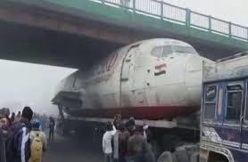 Photo of طائرة ضخمة تعلق تحت جسر في الهند