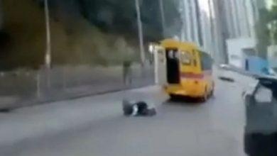 Photo of بالفيديو باص مدرسي يقذف طالبا في | جريدة الأنباء