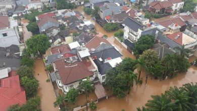 Photo of مقتل شخصًا وإجلاء الألوف جراء الفيضانات في جاكارتا