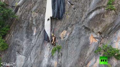 Photo of بالفيديو مظلي يعلق بين الصخور على | جريدة الأنباء