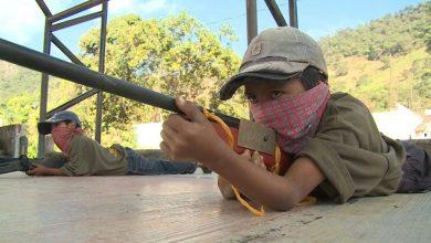 Photo of أطفال مكسيكيون يتدربون على استخدام الأسلحة في سن مبكرة