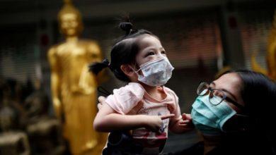 Photo of فيديو مؤثر لممرضة صينية لا تستطيع احتضان ابنتها