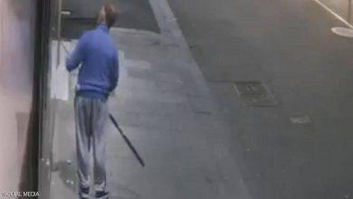 Photo of بالفيديو لص يصطاد عقدا ذهبيا بصنارة | جريدة الأنباء