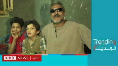 Photo of مصري كفيف يشتغل بأعمال البناء بمساعدة طفله