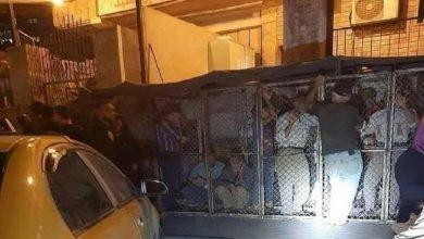 Photo of لتنظيم الدور صورة لأشخاص داخل أقفاص تثير انتقادات حادة في سوريا