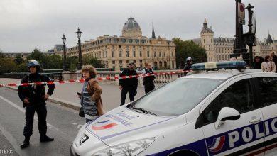 Photo of رويترز: الشرطة الفرنسية تقبض على رجل هدد ضباطا بسكينين في باريس