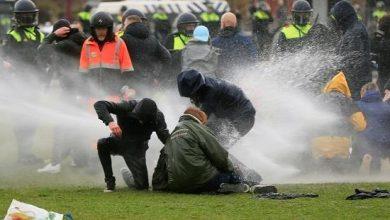 Photo of الشرطة الهولندية تعتقل مئات الأشحاص في مظاهرات ضد العزل العام