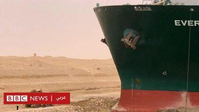 Photo of قناة السويس: سفينة جانحة وجرافة صغيرة تشعلان موجة سخرية عبر مواقع التواصل الاجتماعي