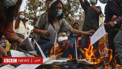 Photo of انقلاب ميانمار: مبعوثة أممية تحذر من حمام دم وشيك ومتظاهرون يحرقون نسخا من دستور البلاد