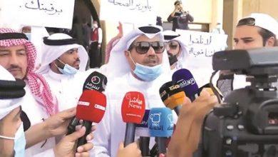 Photo of وقفة احتجاجية أمام مبنى وزارة الصحة للمطالبة بوقف الاختبارات الورقية