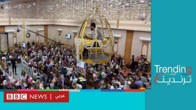 """Photo of """"المدرس الطائر"""" محلقا فوق طلابه في قفص ذهبي يثير جدلا في مصر"""