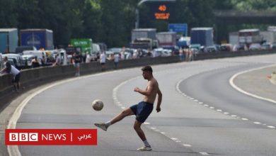 Photo of الازدحام المروري: شاب يترك سيارته العالقة ويخرج للعب الكرة