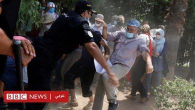 Photo of أزمة تونس: اشتباكات أمام البرلمان بين مؤيدي ومعارضي قرارات الرئيس قيس سعيّد